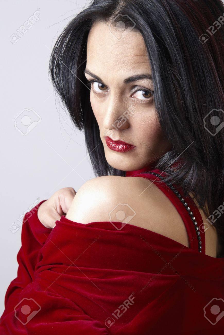 Retrato De Una Bella Mujer Madura Morena Con Dramático Maquillaje Vestido Rojo Y Vestido De Noche