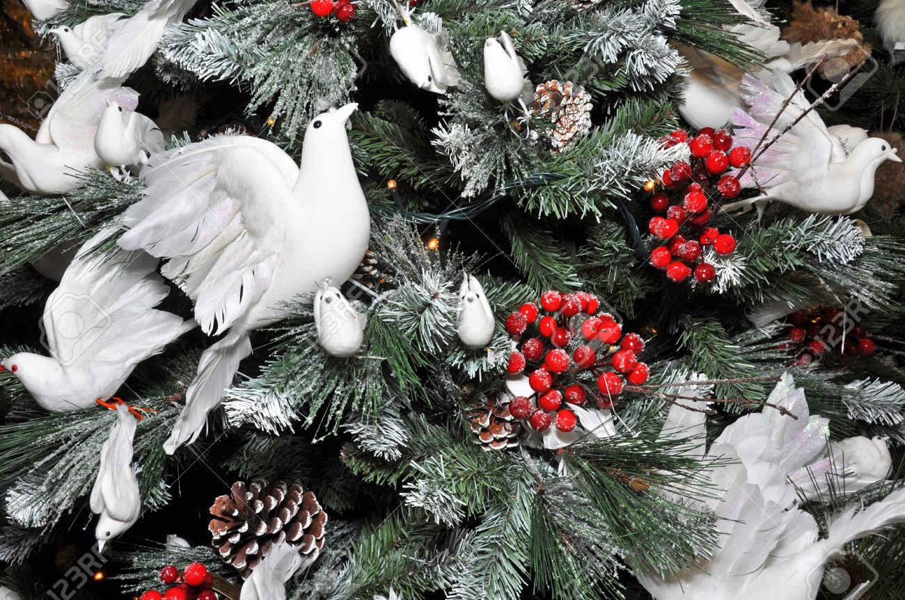 White dove christmas ornaments - Christmas Tree Decorated With Winter White Snow Turtle Doves And Holly Berries Stock Photo
