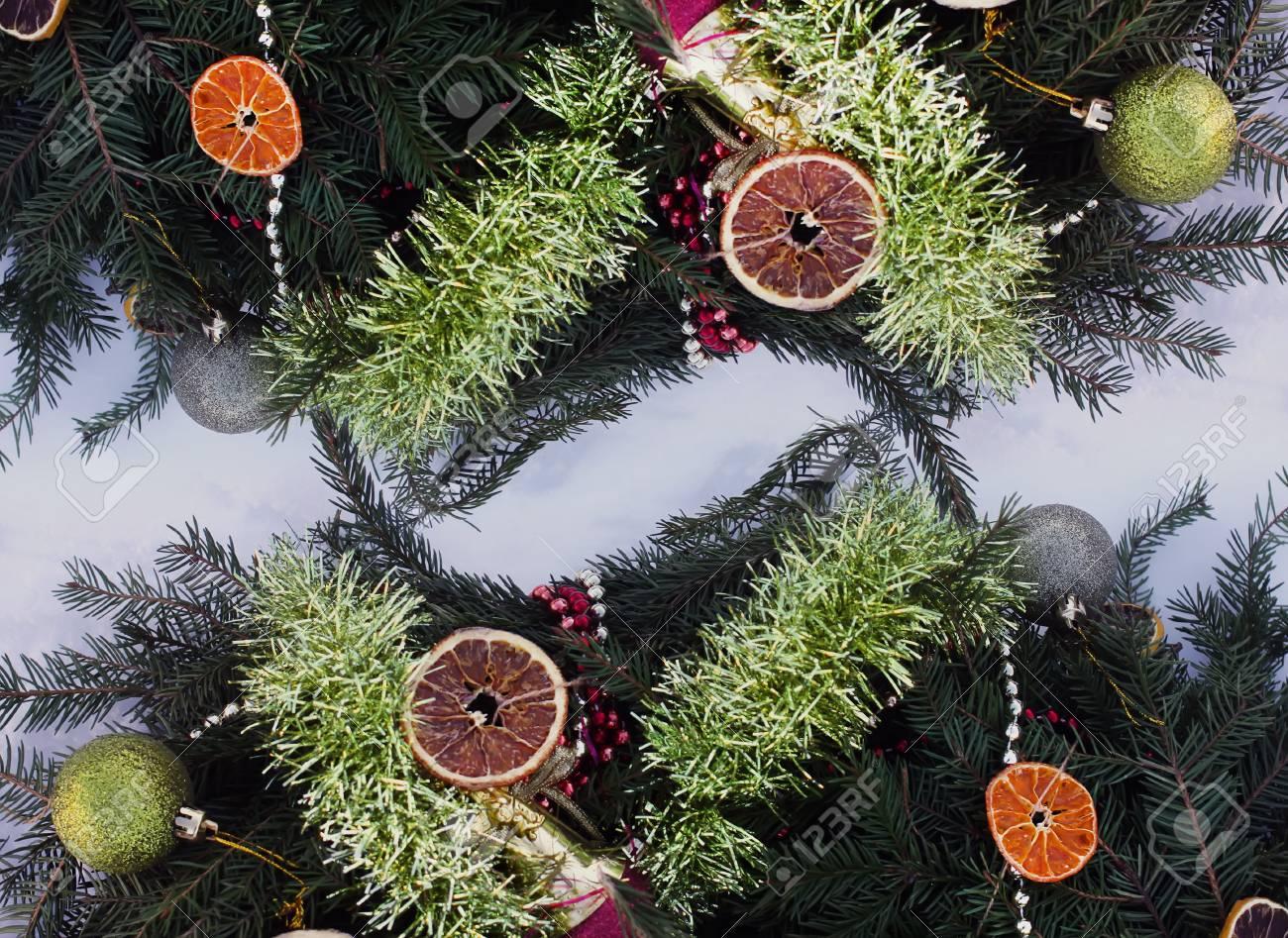 Rahmen Von Weihnachtsdekor Mit Trockenen Orangenscheiben Und Bunten ...