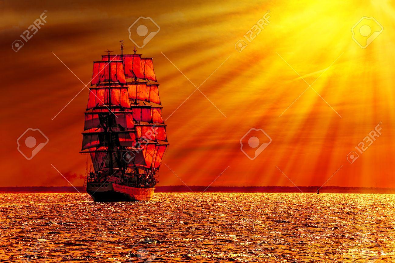 Segelschiffe auf dem meer sonnenuntergang  Segelschiff Auf Dem Meer Bei Sonnenuntergang Skyline Lizenzfreie ...