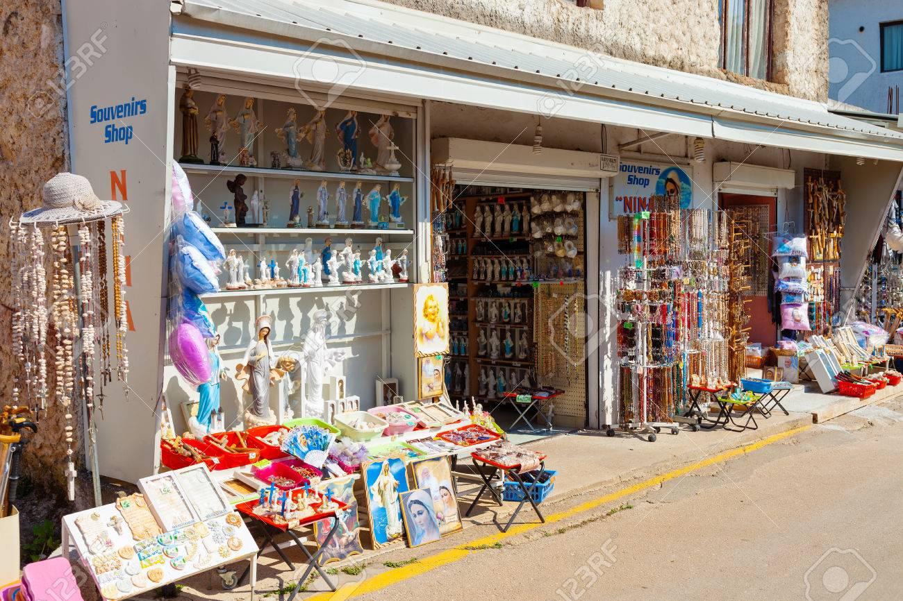 5498dbfe513 Foto de archivo - Tienda de venta de artículos religiosos Virgen María  bendecido relacionados se apareció a seis niños en junio de 1981
