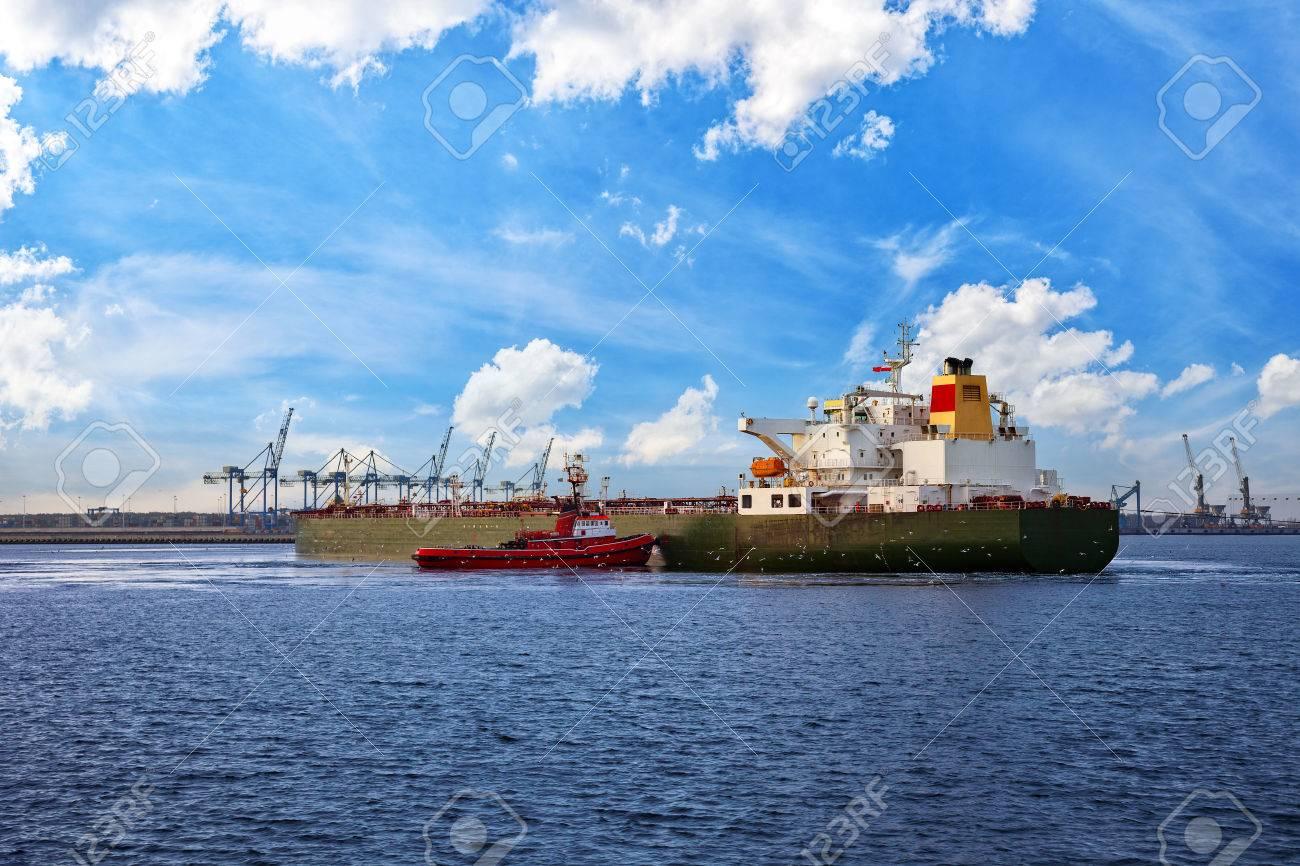 港のタンカー船を曳航するボート...