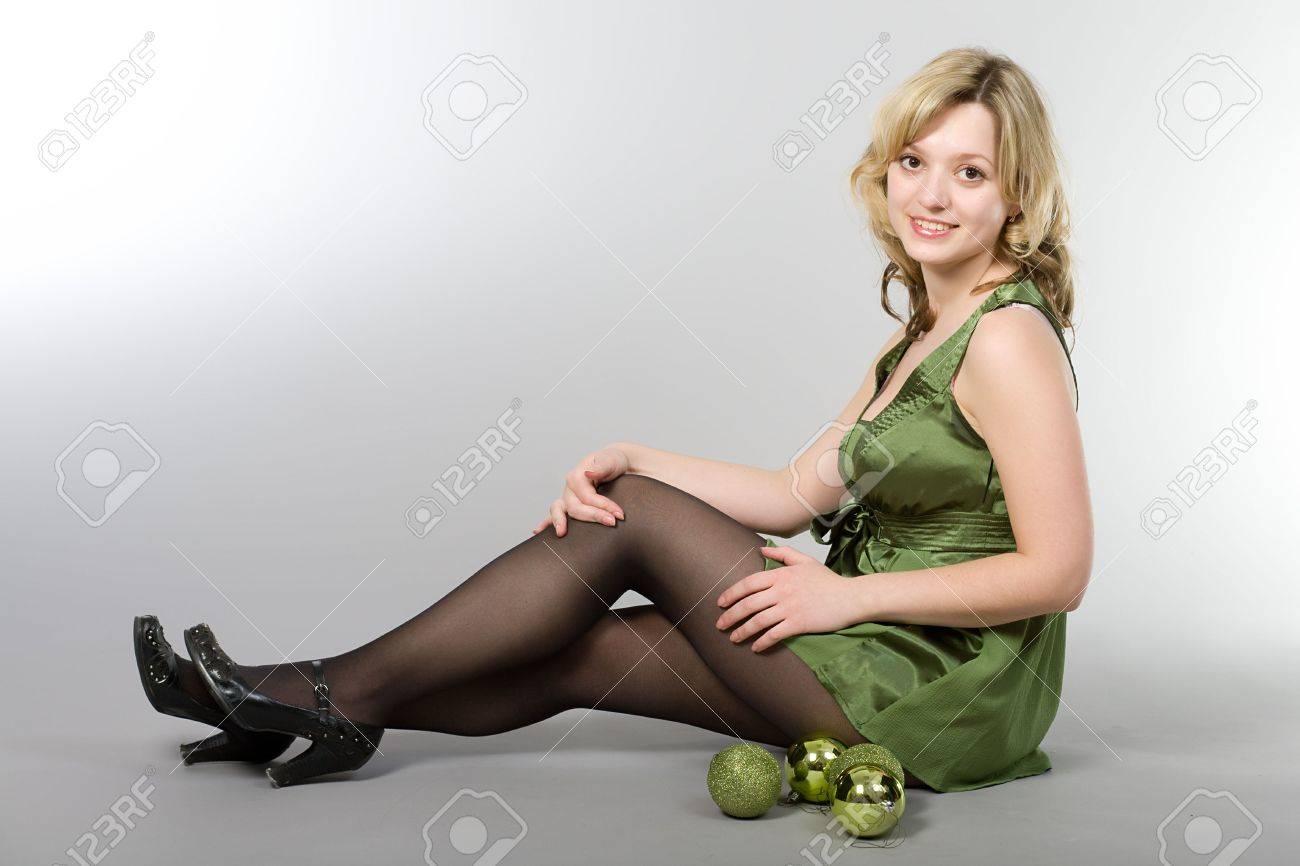 девушка в черном и чулках