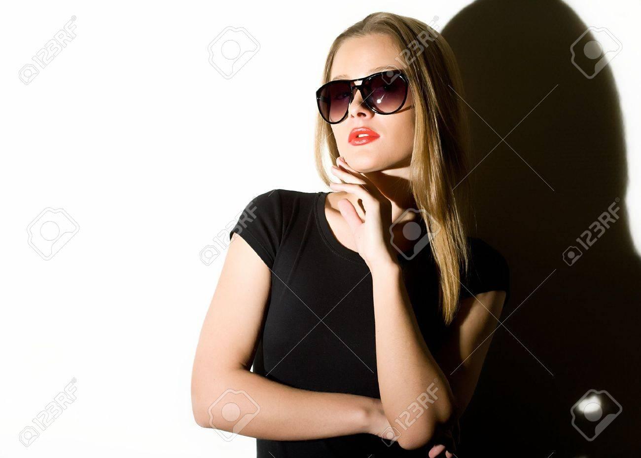 Красивая девушка в черной одежде