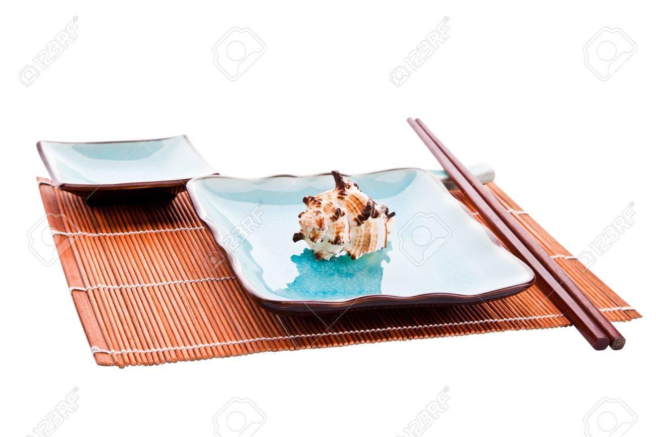 Traditionelle Japanische Sushi Geschirr Satz Stabchen Auf Eine Erholung Platte Mit Einer Muschel Und Eine Untertasse Alle Auf Einem Bambus Platz Matte Auf Einem Weissen Hintergrund Isoliert Lizenzfreie Fotos Bilder Und Stock Fotografie Image 8832344