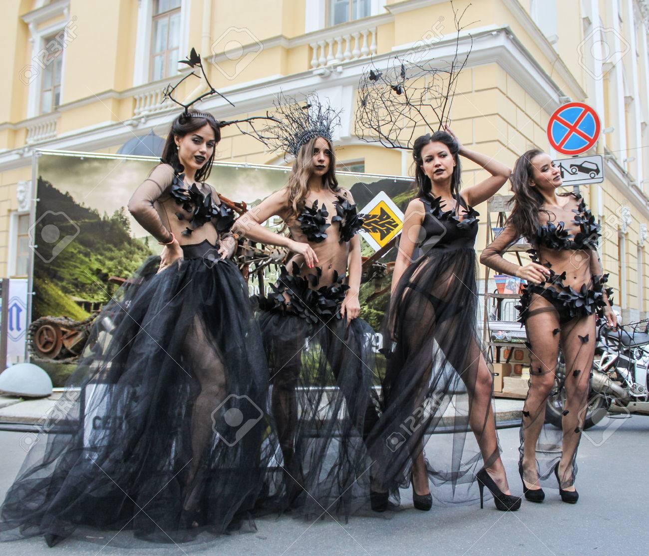muy genial seleccione para auténtico bajo precio Chicas en vestido transparente. modelo de las niñas en el vestido de  diseñador presenta en la calle.