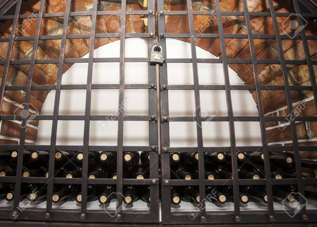 Cave A Vin En Brique vieilles bouteilles de vin à maturation dans une voûte en brique de