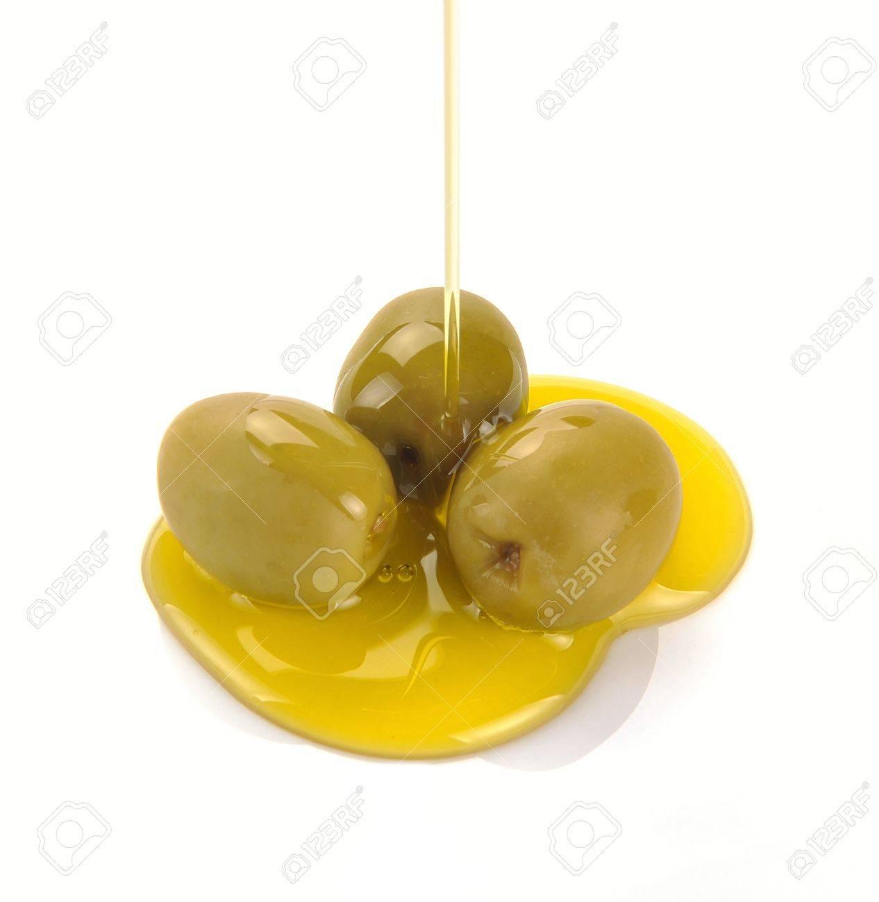 El aceite de oliva a salir. Verter el aceite de oliva Foto de archivo - 13664210