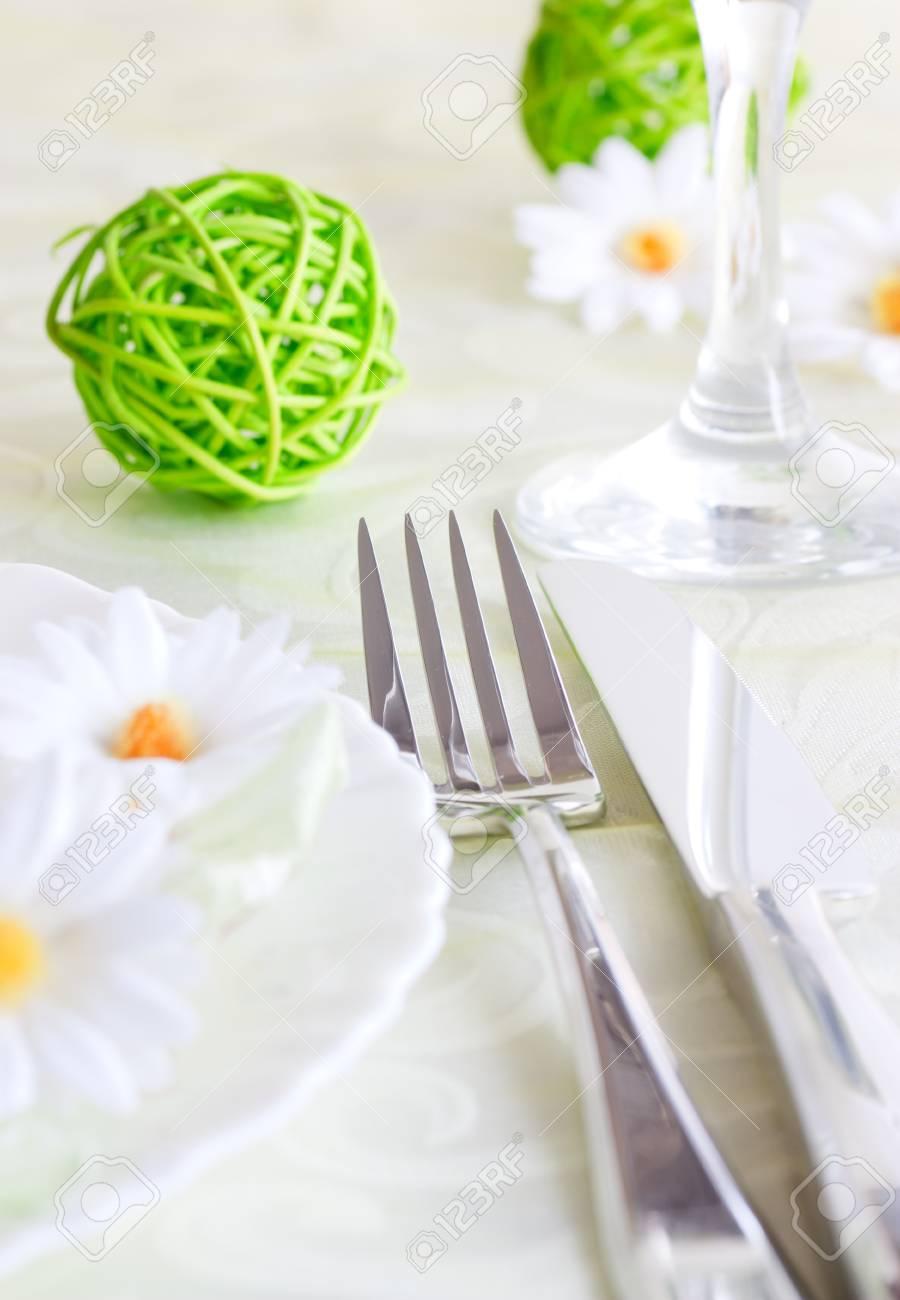 Fruhling Tischdekoration Mit Blumen Und Dekoration Lizenzfreie Fotos