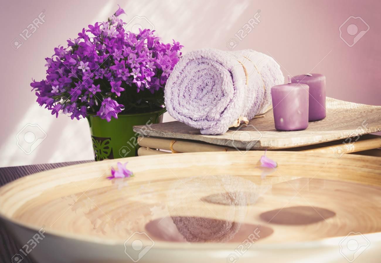 Spa wellness blumen  Natürliche Wellness- Und Spa-Einstellung Mit Blumen Und Handtuch Und ...