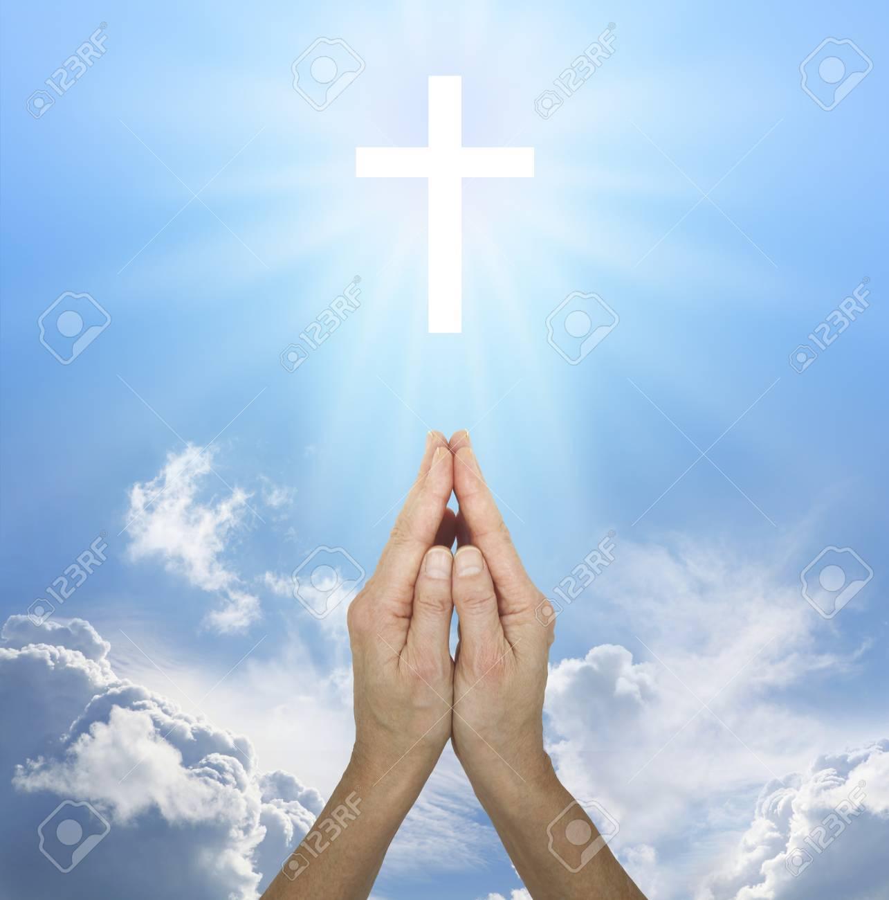 Orando Por La Paz Las Manos Femeninas En Posición De Oración