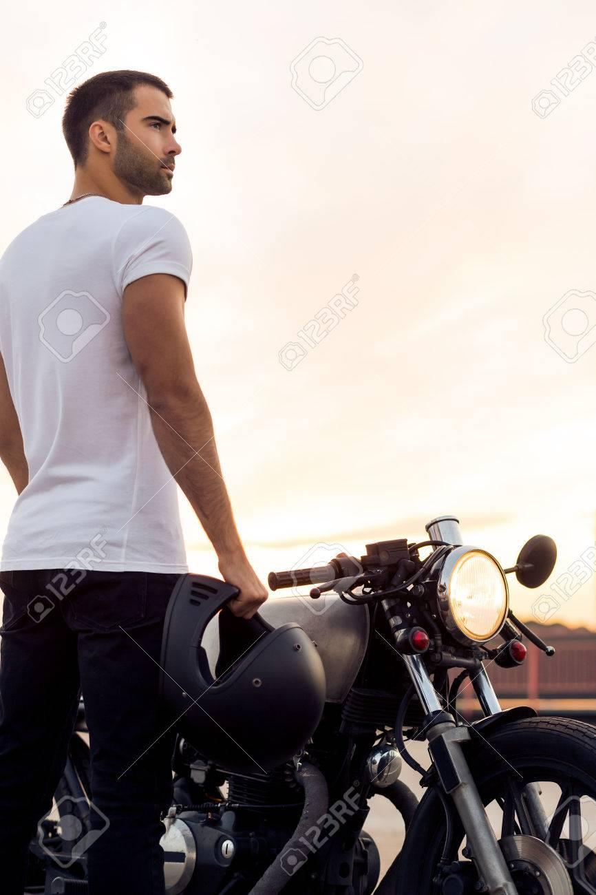 294b1e4551144f Sportliche Biker hübsche Reiter Mann in weißen T-Shirt gehen Reise auf  klassischen Stil Café