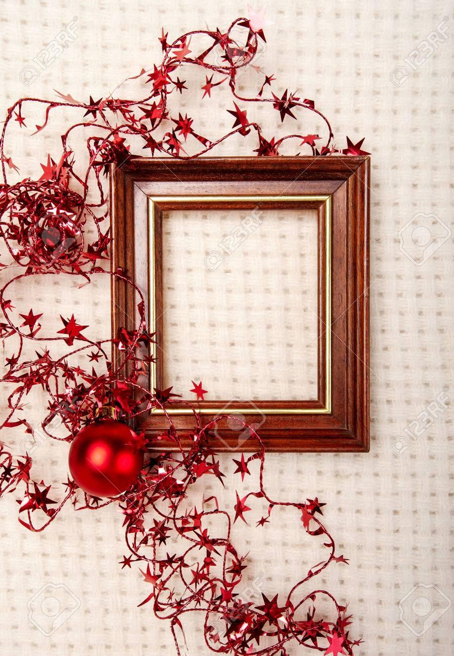 Marco De Madera Clásico Decorado Con Estrellas De Navidad De Papel De Aluminio Y Bola Roja Sobre Fondo A Cuadros De Lana
