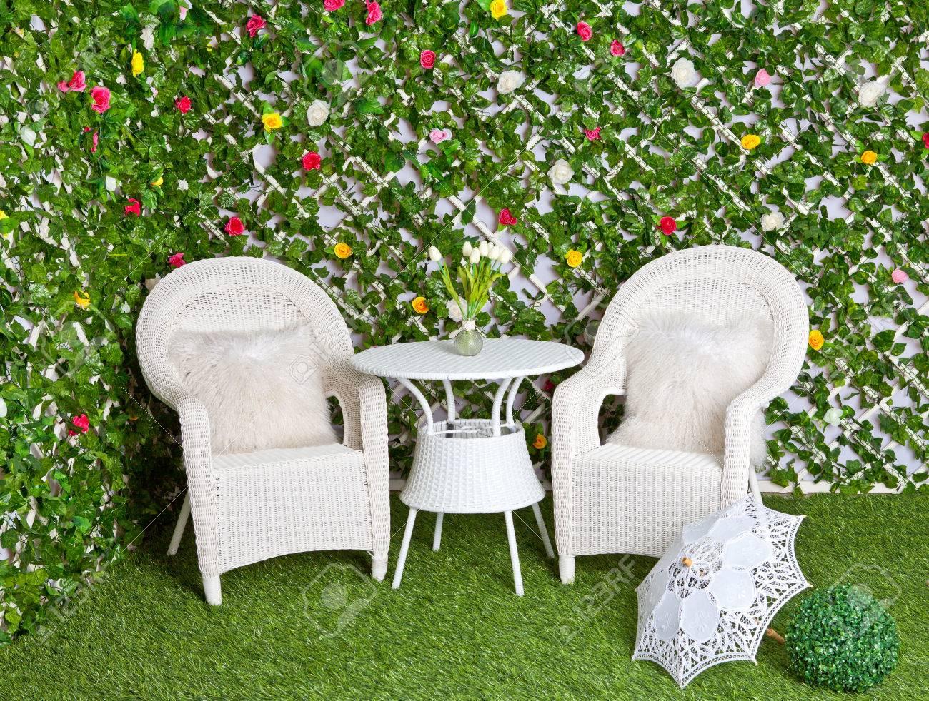 Muebles De Mimbre De Ratán Blanco En El Jardín En Flor. Tracería ...