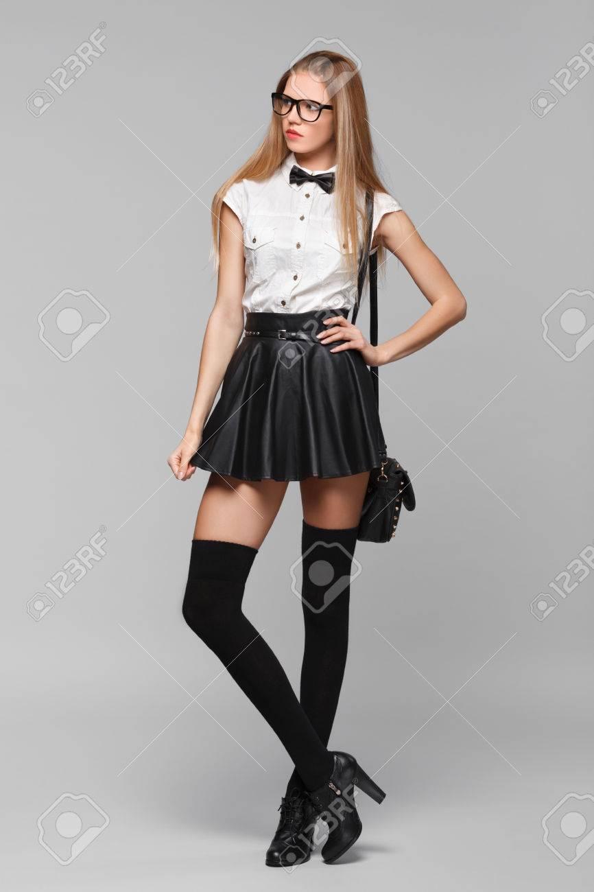 competitive price 97afc 591bb Bella donna è in stile moda in mini gonna nera. Fashion girl