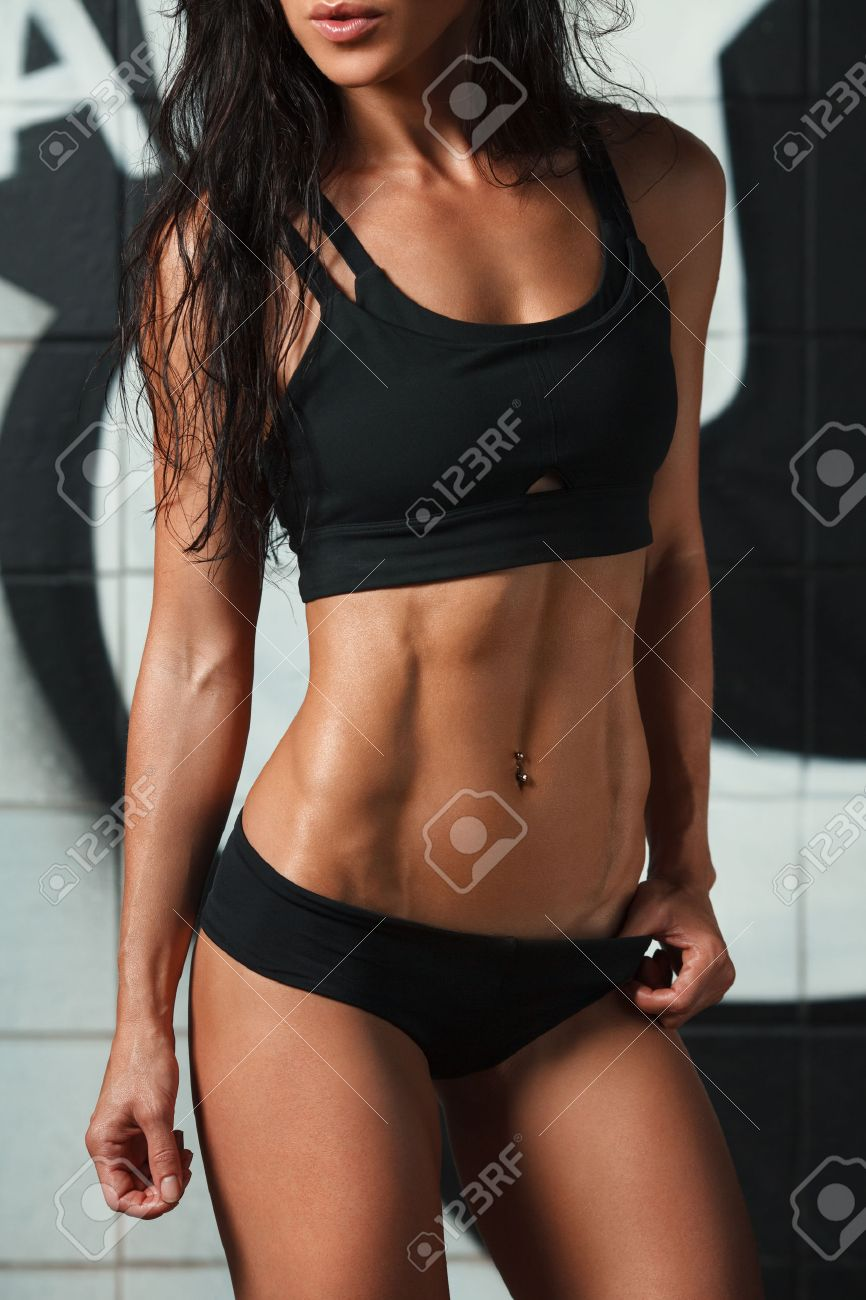 Connu Fitness Femme Sexy Montrant Abs Et Ventre Plat. Belle Fille  XR03