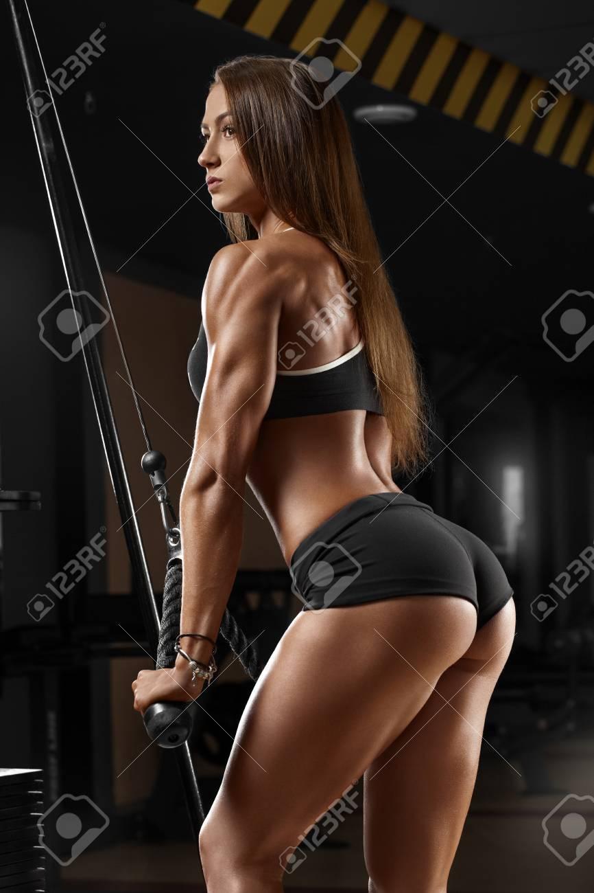 Chica Atlética Sexy Haciendo Ejercicio En El Gimnasio Fitness Mujer Haciendo Ejercicio Sexy Hermoso Trasero En Tanga