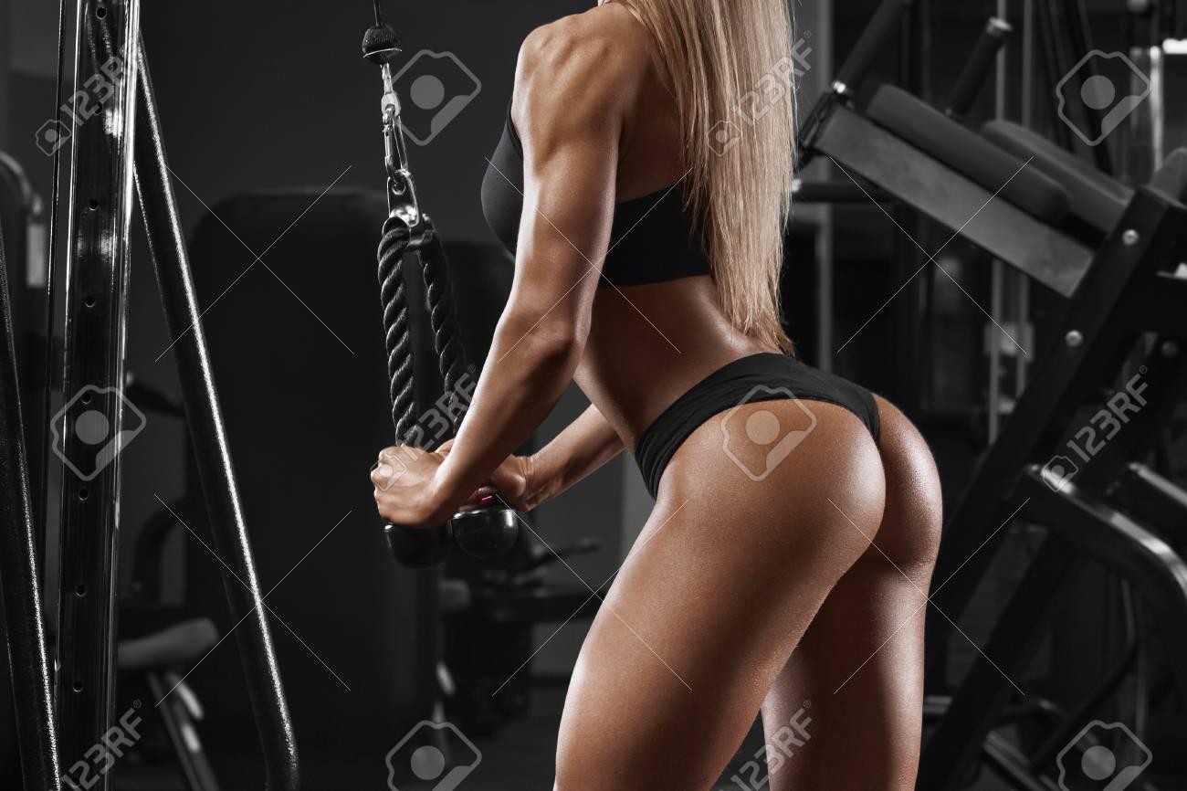Chica Atlética Sexy Haciendo Ejercicio En El Gimnasio Sexy Hermoso Trasero En Tanga Fitness Mujer Haciendo Ejercicio