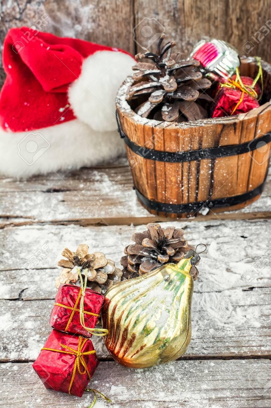 fabulous tina de madera decorativo lleno de adornos de navidad y pias foto de archivo with - Adornos De Navidad Con Pias