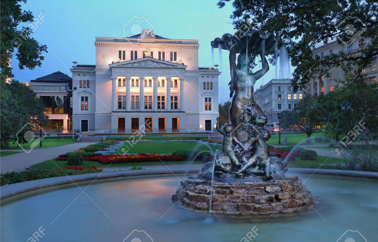 Ópera Nacional de Letonia y el ballet teatro y la fuente de las Ninfas en el parque. Riga, Letonia. Foto de archivo - 10738470