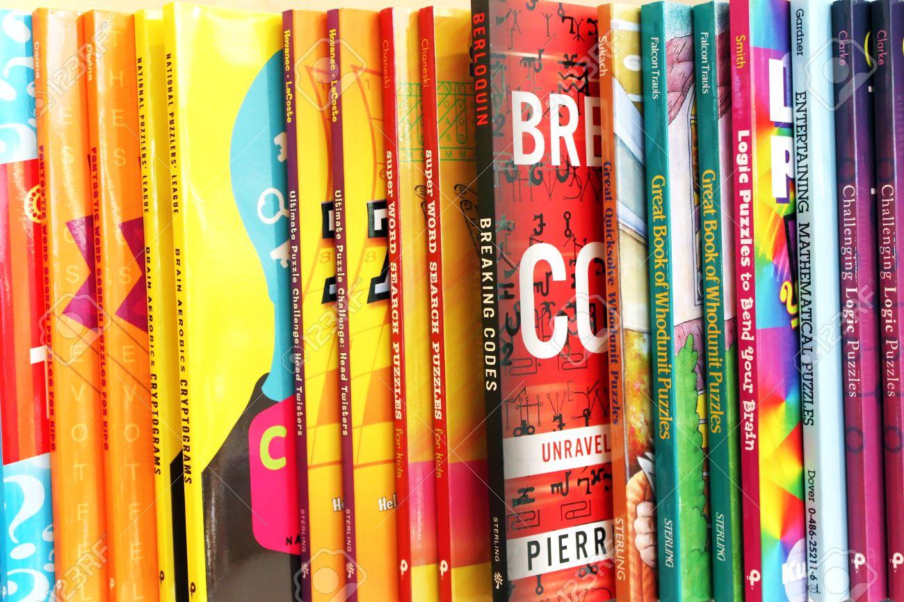 Cerca De Una Variedad De Libros Para Niños En La Exhibición En Una ...