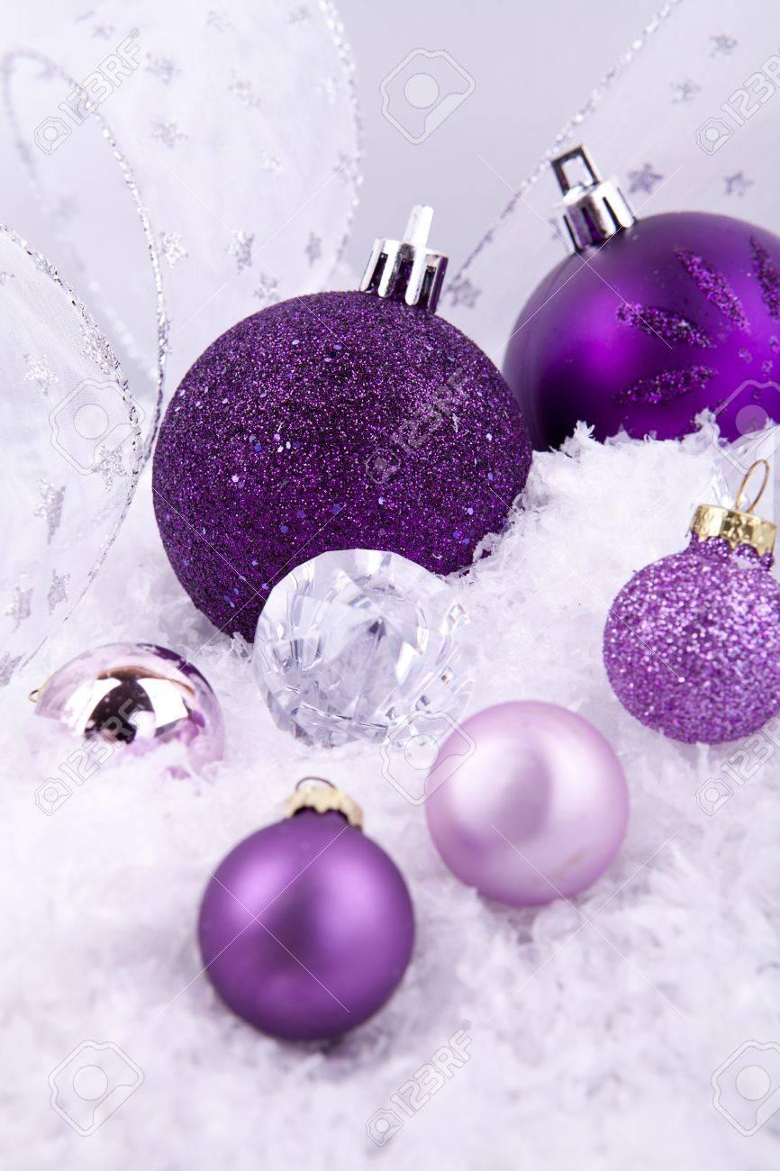 Belle Décoration De Noël En Violet Et Argent Sur éclat Blanc Comme