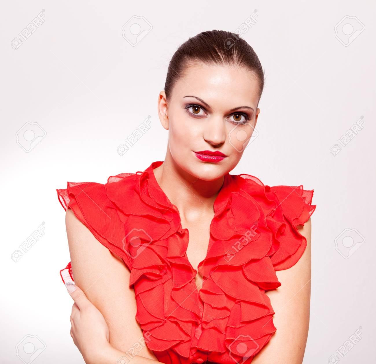 best service cebd9 01e9f Bella donna bruna con labbra rosse e camicia rossa