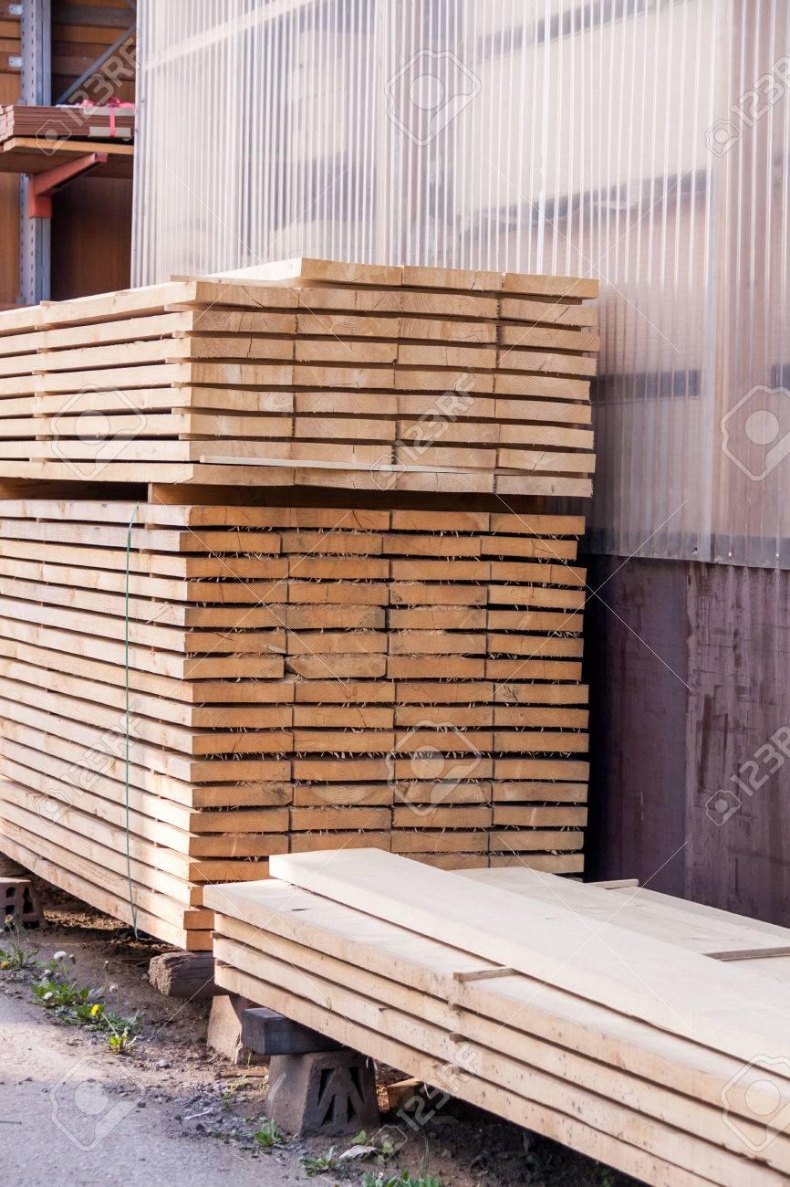 Stelling Van Hout.Houten Panelen Opgeslagen In Een Industriele Loods Op Metalen Stellingen Voor Gebruik In De Bouw En De Bouw Niemand In Zicht