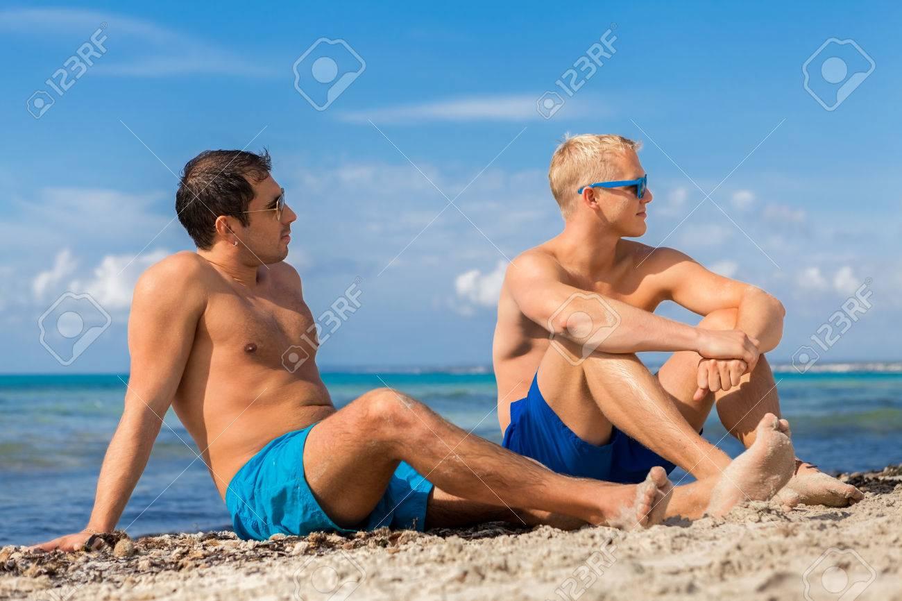 Красивые молодые юноши на пляже