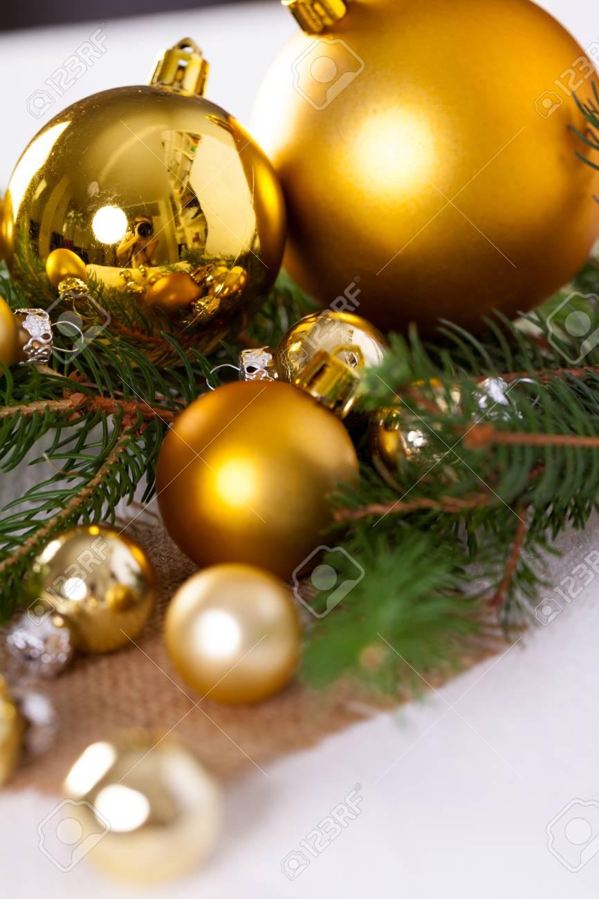Immagini Di Palline Di Natale.Decorazione Dorata Di Natale Con Una Varieta Di Palline D Oro E Palline Di Diverse Dimensioni E Trame Accoccolate Su Un Ramo Di Pino Sempreverde