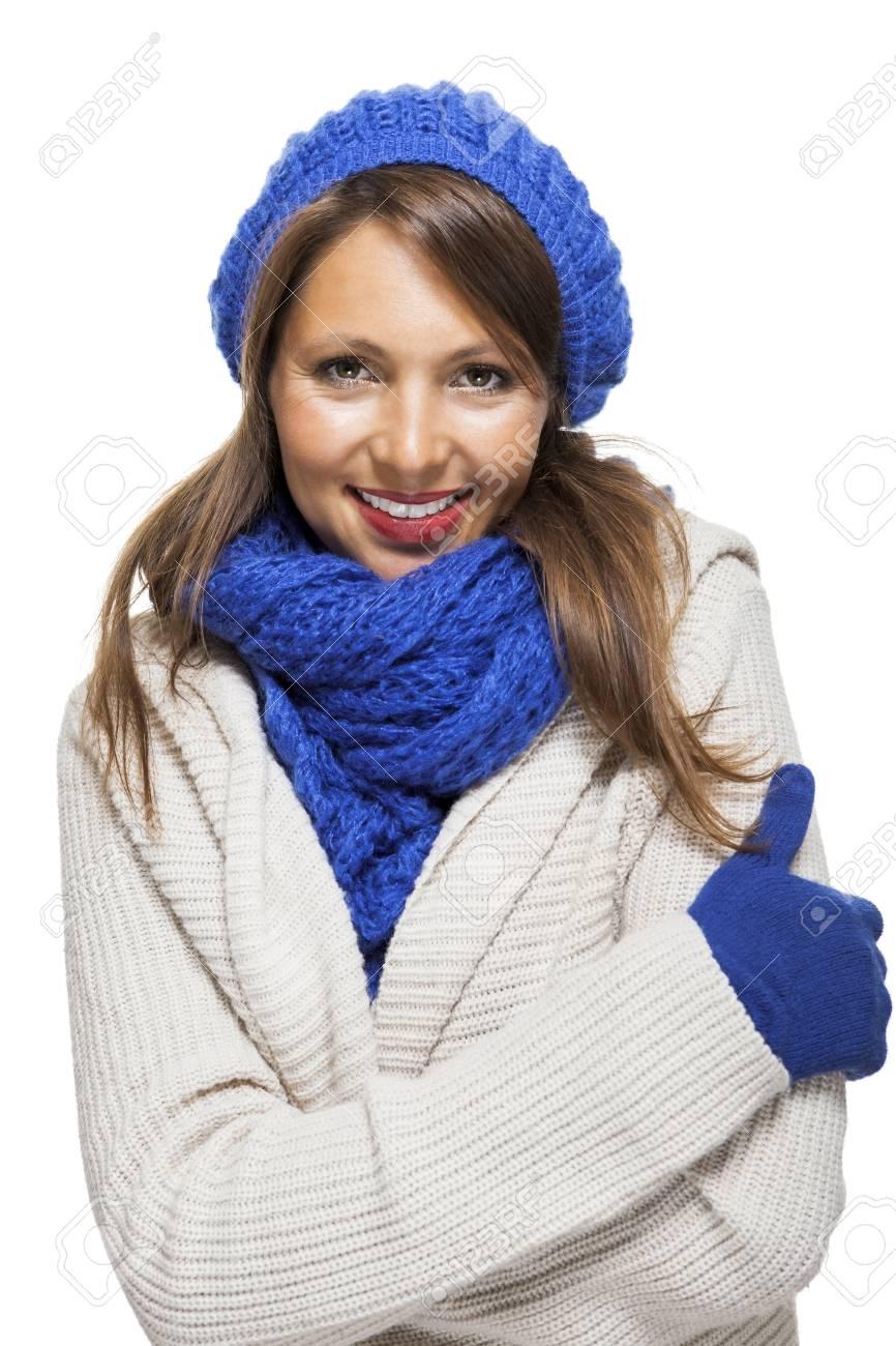 Gros Plan Jolie Jeune Femme Souriante Port Hiver Knit Outfit Avec Blue Bonnet écharpe Et Gants Capturé En Studio Avec Fond Blanc Tout En Regardant