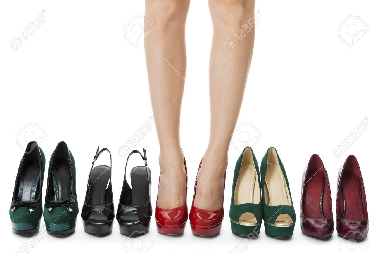 en venta códigos de cupón vende Cierre de Flawless Piernas de la mujer en brillantes rojos Zapatos de tacón  alto de pie entre Otros Tacones altos elegantes. Aislado en el fondo ...
