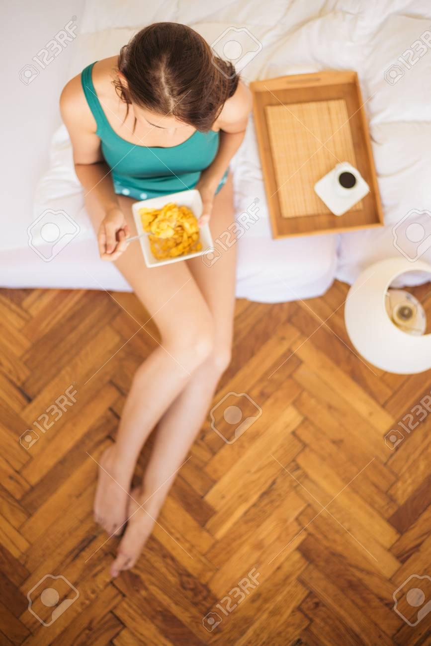 Eating breakfast in bed - 30021785