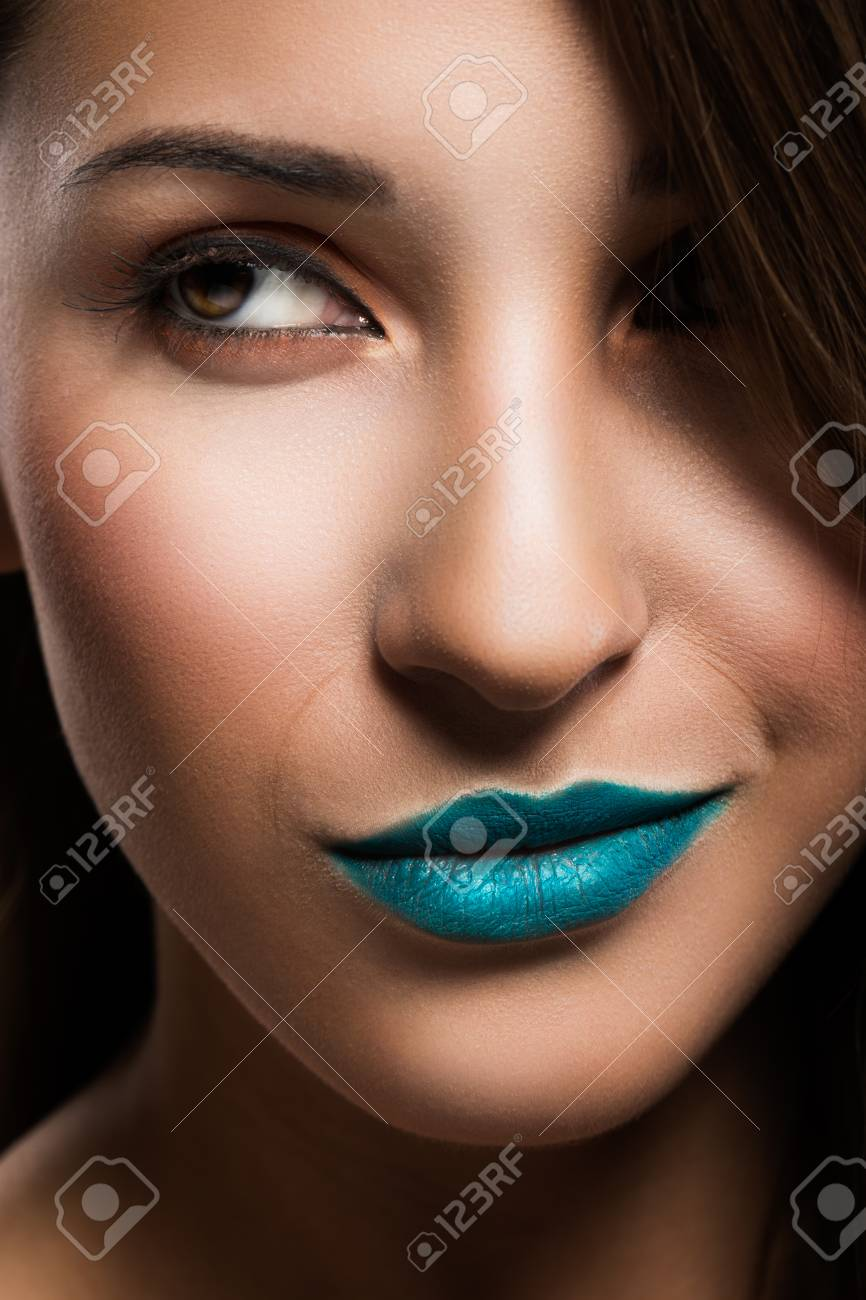 Portrait of young beautiful woman - 30209395