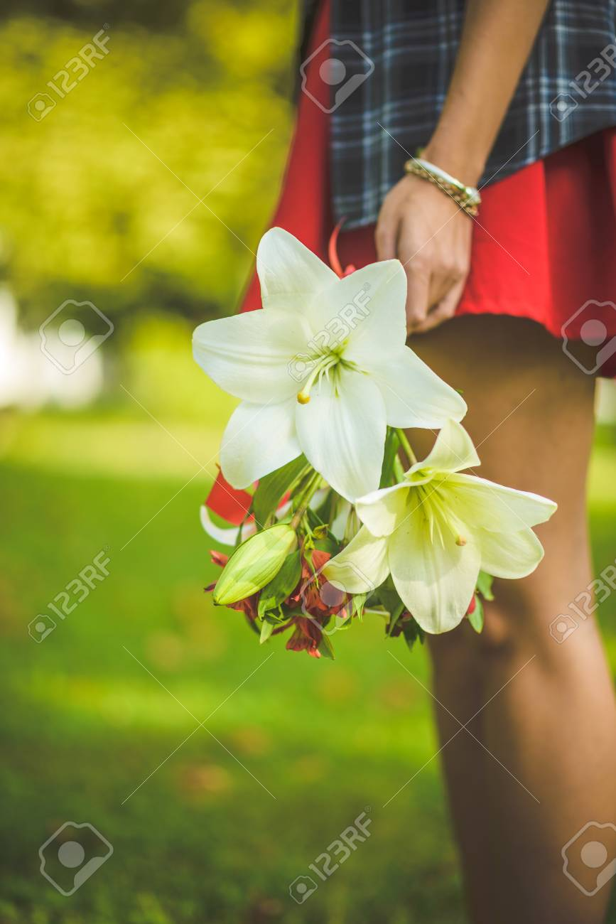 Woman carrying a bouquet of flowers - 34532362