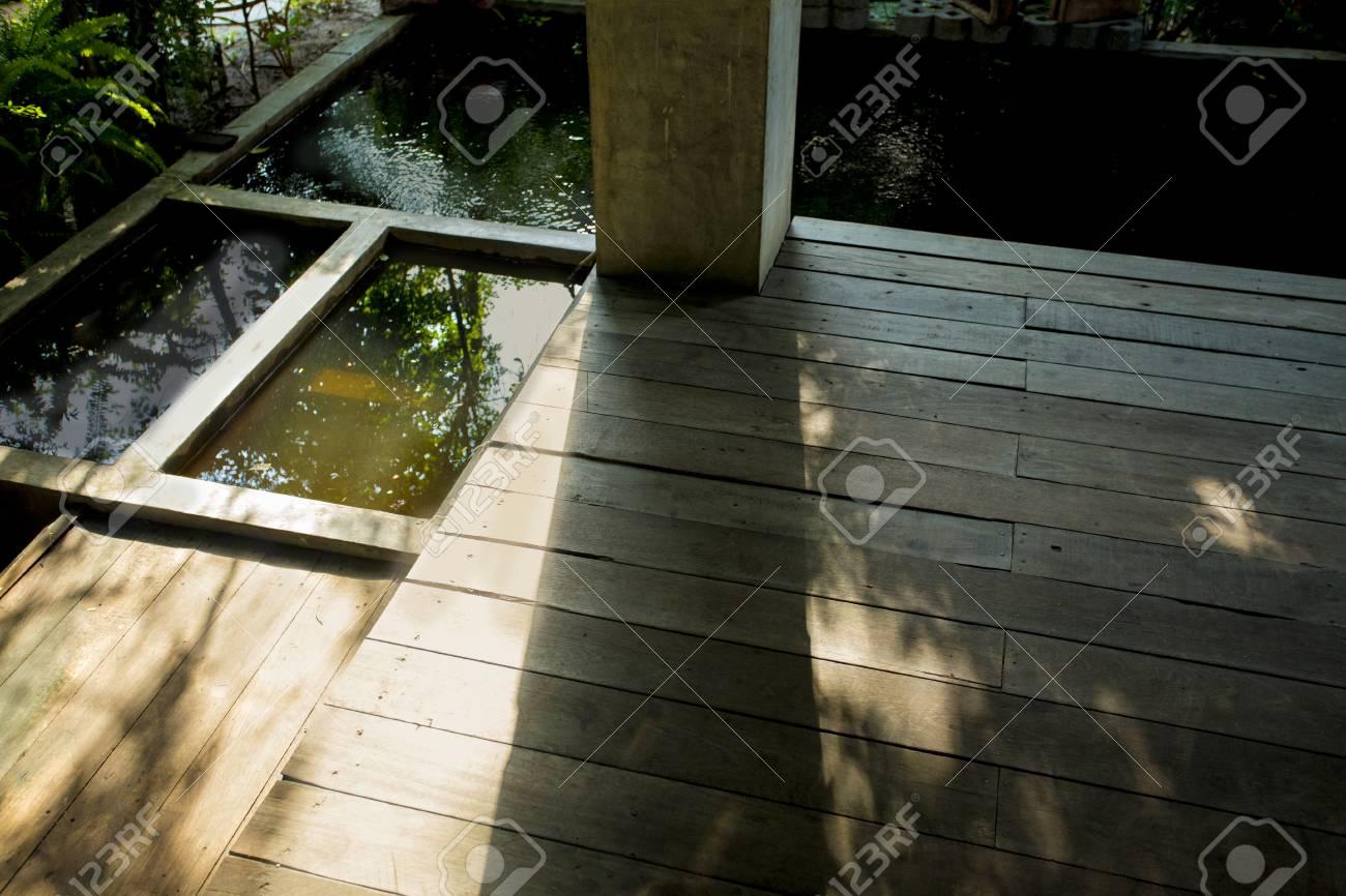 Jardinería E Ideas Interiores Para La Vivienda La Terraza De Madera Y Pequeño Estanque Alrededor De La Casa Jardín Interior Casa Ideas Fondo