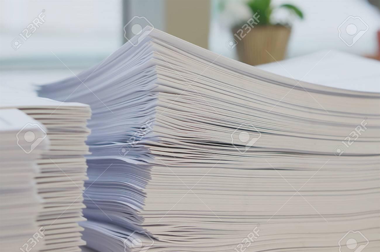 Taglia Fogli Per Ufficio : Pila di foglio di white paper è stato organizzato su sfondo