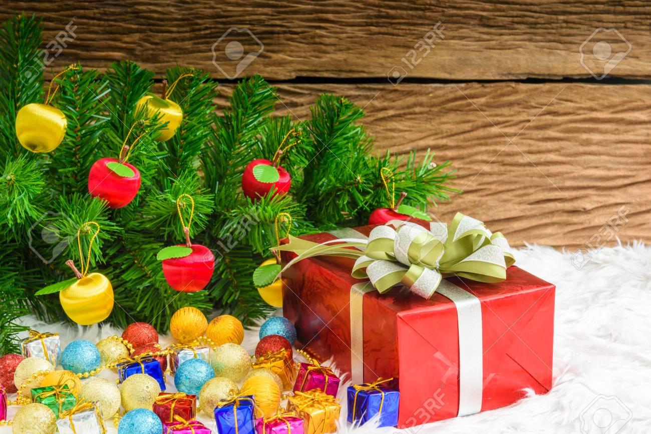 adde4e2124d07 Caja de regalo y adornos para árboles de Navidad. Motivos navideños Foto de  archivo -