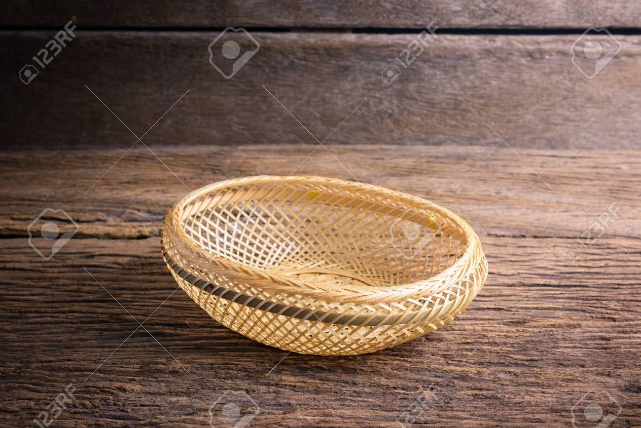 Cestino Di Bambu Cestino Di Vimini Su Fondo Di Legno Foto Royalty
