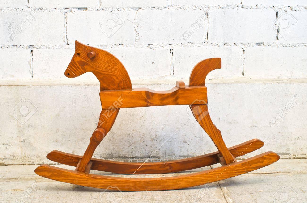 Cheval à bascule en bois enfants chaise isolé sur fond blanc