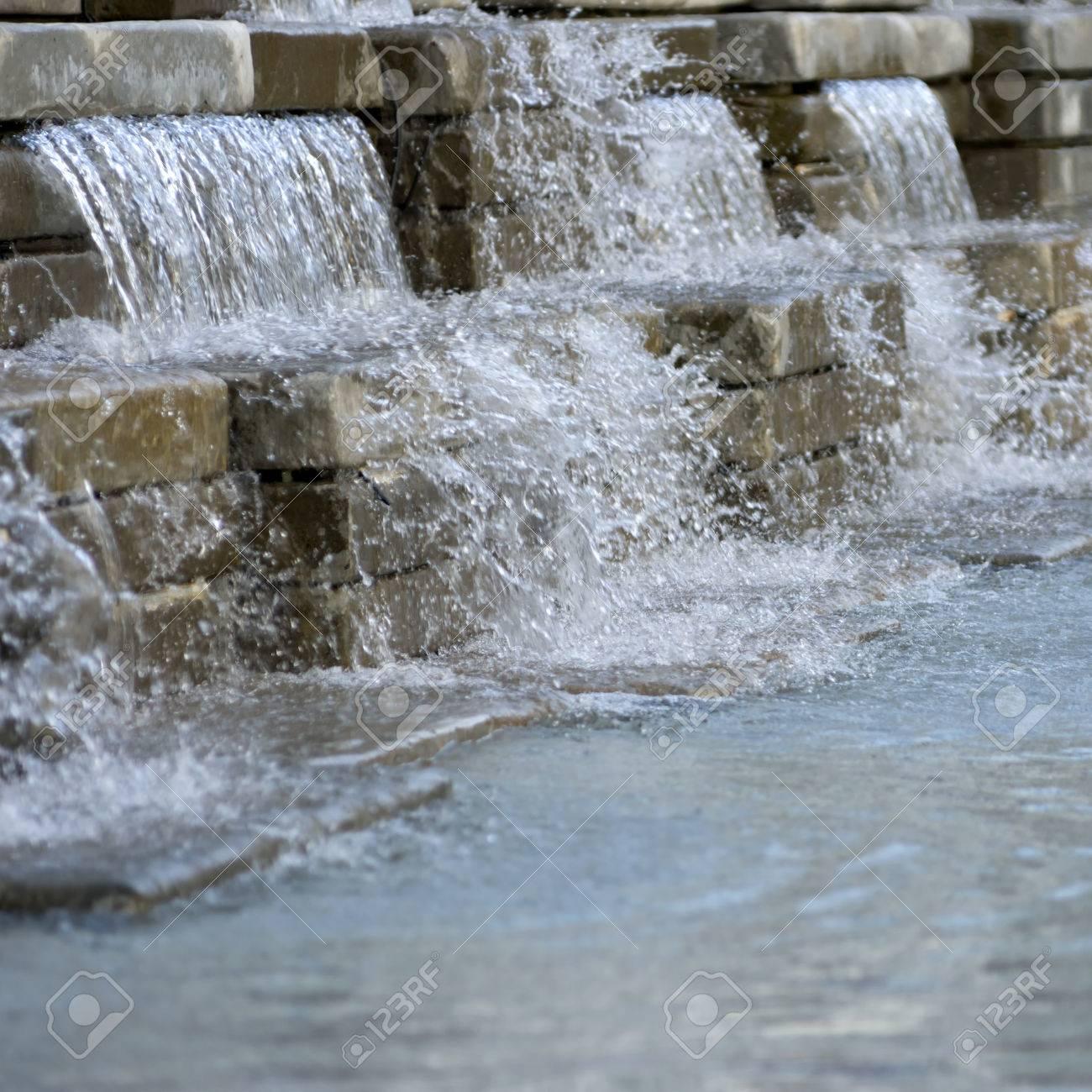 Künstlicher Wasserfall. Dekorationen Im Garten. Standard Bild   27231021