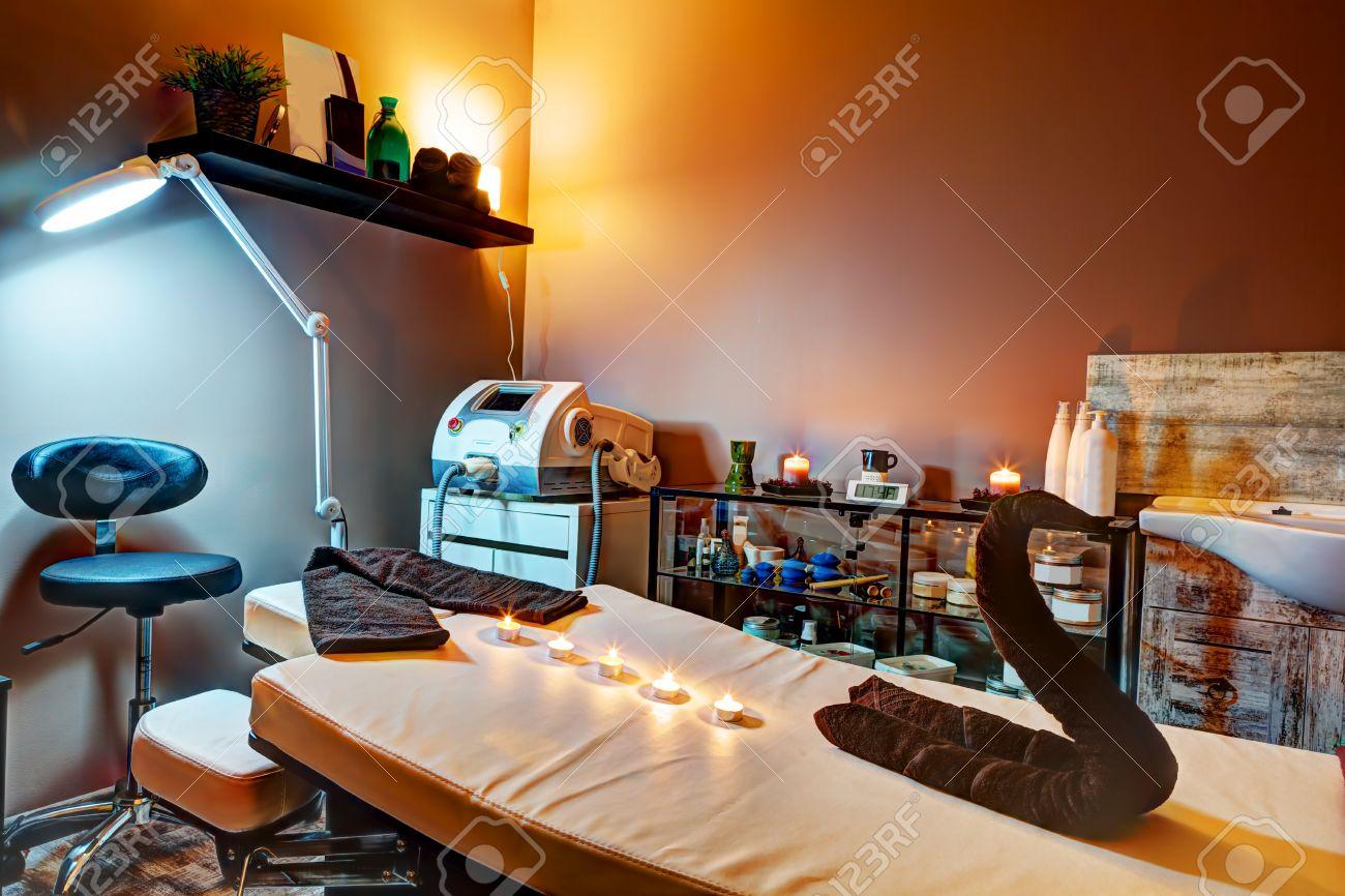 Schönheitssalon Interieur. Entspannend, Zen-Design Mit Tisch Für ...