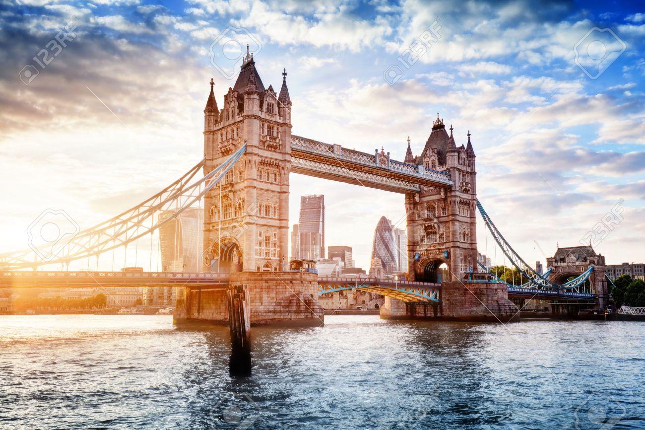 Tower Bridge In Londen Het Verenigd Koninkrijk Zonsondergang Met Mooie Wolken Ophaalbrug Opening één Van Engels Symbolen