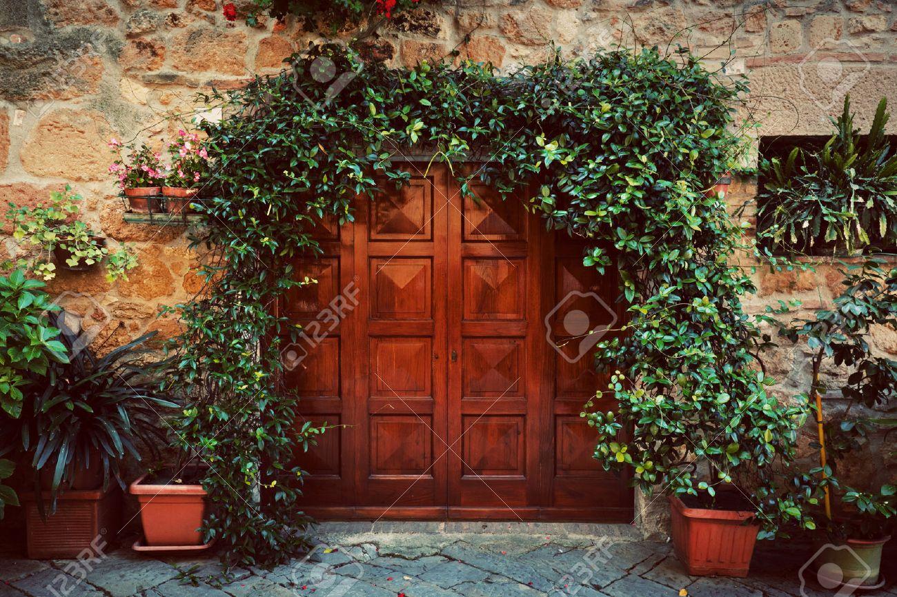Puerta Exterior De Madera Antigua Casa Italiana Retro En Una Pequeña Ciudad De Pienza Italia Plantas Decoraciones Hiedra Vintage