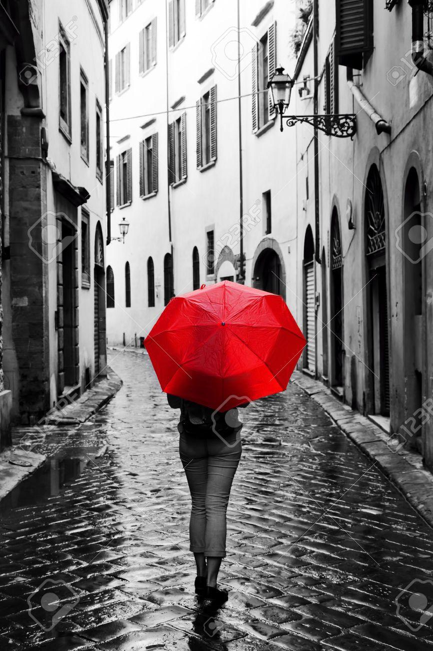 Resultado de imagen de Escenas de lluvia y gente con paraguas