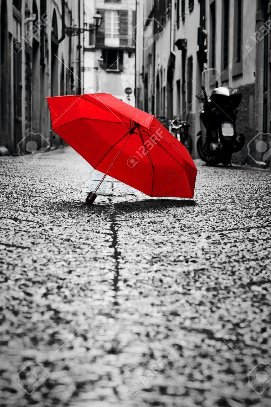 nouveau style 94d2f 2b138 Parapluie rouge sur la rue pavée, dans la vieille ville. Vent, pluie, temps  orageux. Couleur en noir et blanc conceptuel, idée. Vintage, rétro style.