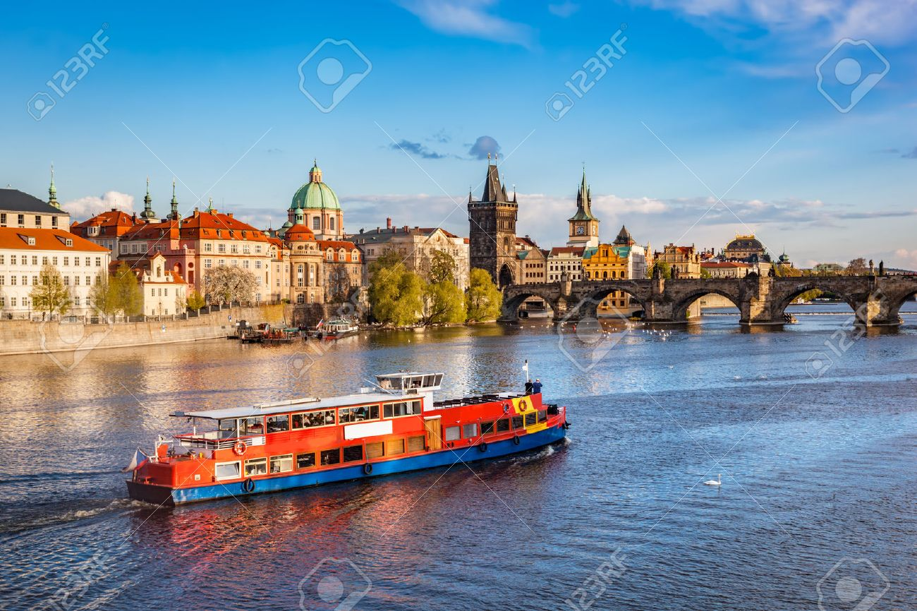 Prague, Czech Republic skyline with historic Charles Bridge. Boat cruise on Vltava river Standard-Bild - 59182734