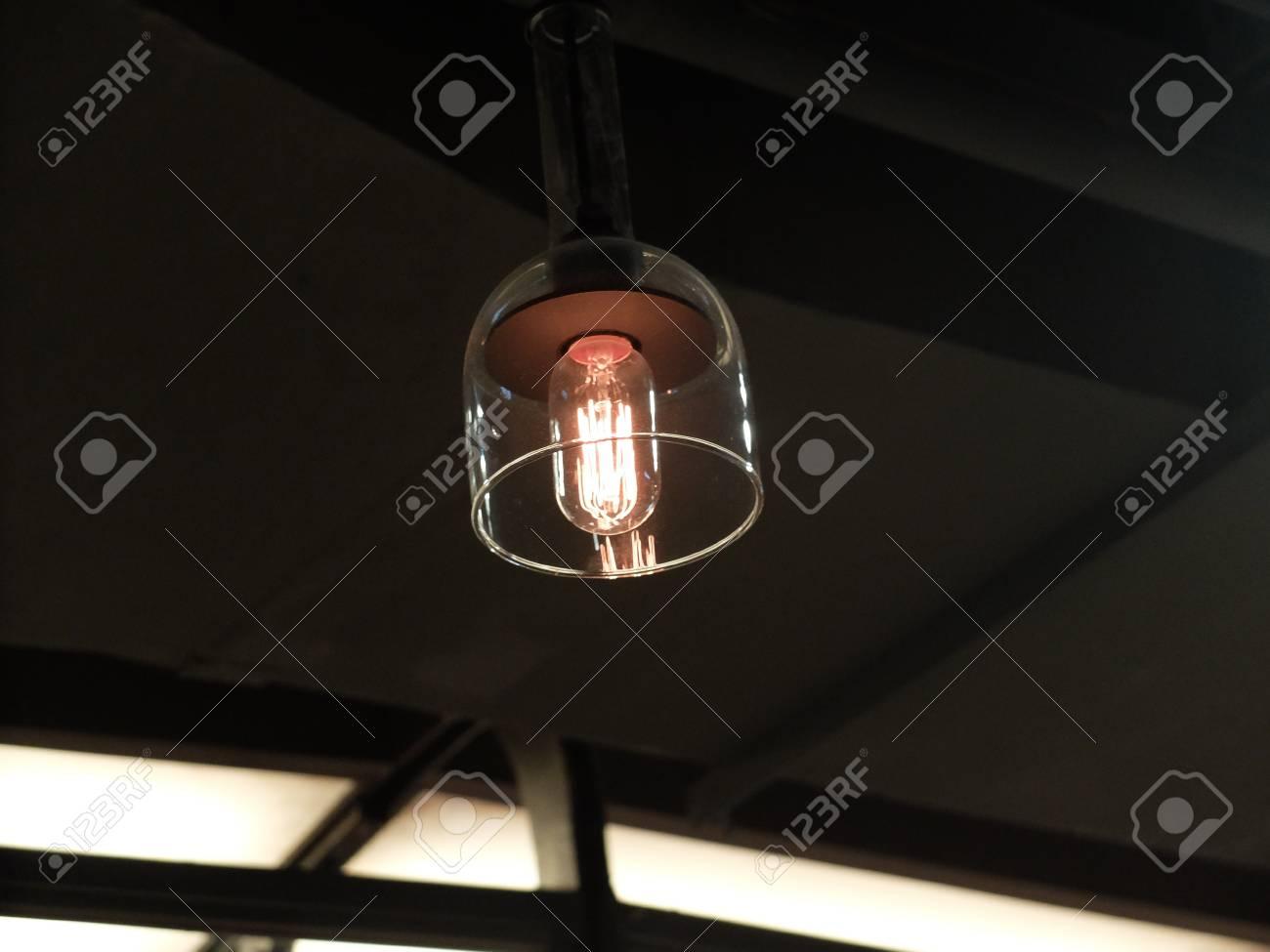 Eine glühlampe in einem modernen lampenschirm lizenzfreie fotos