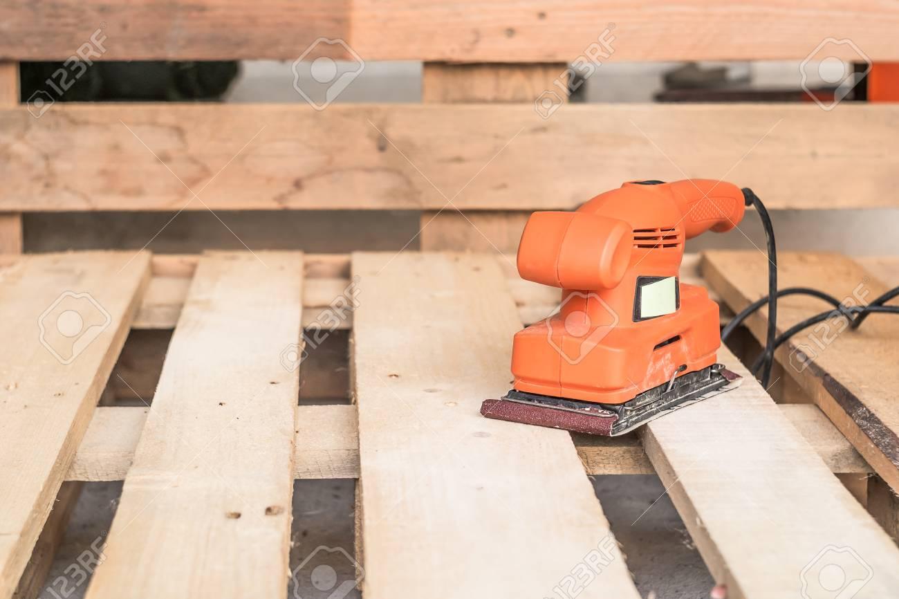 Ponceuse Pour Poutre Bois ponçage de bois machines , charpentier travaillant avec ponceuse électrique  sur le sol de pin ou de la surface de la table