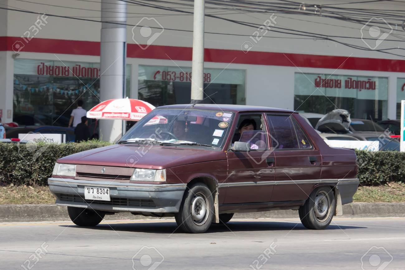 Chiang Mai Thailande 24 Janvier 2017 Voiture Ancienne Privee Renault 11 Photo A La Route N 121 A Environ 8 Km Du Centre Ville De Chiang Mai En Thailande Banque D Images